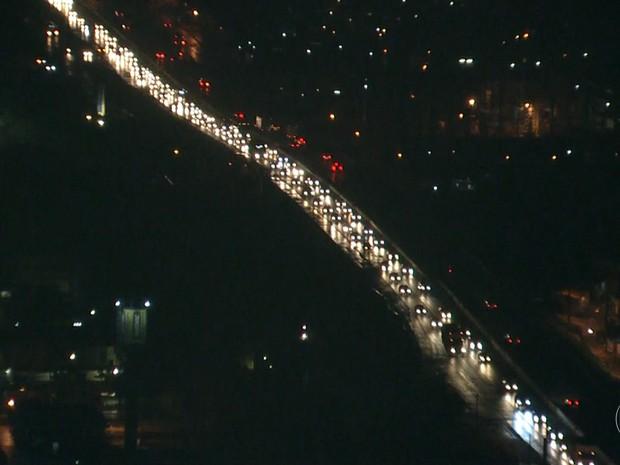Trânsito intenso na BR-232, rodovia de acesso às cidades de Caruaru e Gravatá (Foto: Reprodução/TV Globo)
