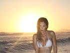 Robertha Portella mostra corpão durante sessão de fotos na praia