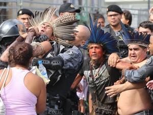 Polícia Militar (PM) conseguiu retirar 25 índios e ativistas que desde ontem, 15, ocupavam o prédio abandonado do antigo Museu do Índio (Foto: Fabio Motta/ Estadão Conteúdi)