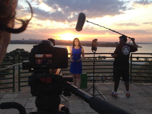 A jornalista Marcia Zarur durante gravação de episódio do programa Distrito Cultural (Foto: TV Globo/Reprodução)