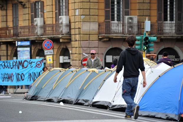 Grupo protesta contra os cortes nos gastos sociais do governo italiano (Foto: Tiziana Fabi/AFP)
