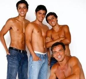 Rodrigo Simas, Bruno Gissoni e Felipe Simas posam para foto com Beto Simas (Foto: Domingão do Faustão/ TV Globo)