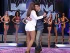 Renatinho mostra gingado e tira Carol Nakamura para dançar