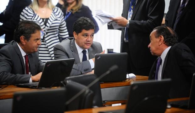 Senadores Ricardo Ferraço e Aécio Neves, signatários da PEC, conversam com o relator Aloysio Nunes (Foto: Marcos Oliveira/Agência Senado)