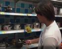 Marcelo Moreno se vira para comprar panelas em chinês; confira