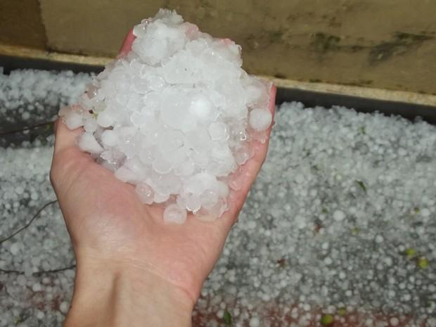 O estudante Felipe fotografou pedras de gelo que caíram no bairro Vila Andrade, na Zona Sul de SP. 'A chuva foi mais intensa por volta das 15h20', conta (Foto: Felipe Maciel Lopes da Silva/VC no G1)