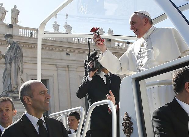 Papa joga flores para casais (Foto: Tony Gentile/Reuters)