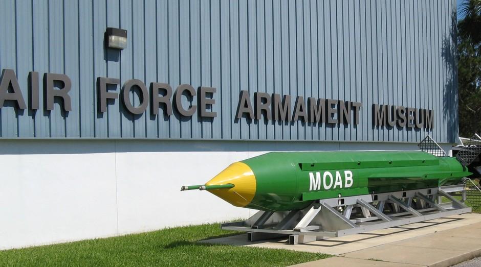 MOAB, bomba americana. Russos têm bomba com poder destrutivo semelhante (Foto: Wikicommons)