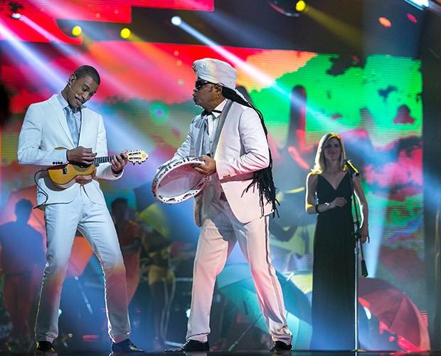 Carlinhos Brown e seu finalista Romero Ribeiro (Foto: Isabella Pinheiro/Gshow)