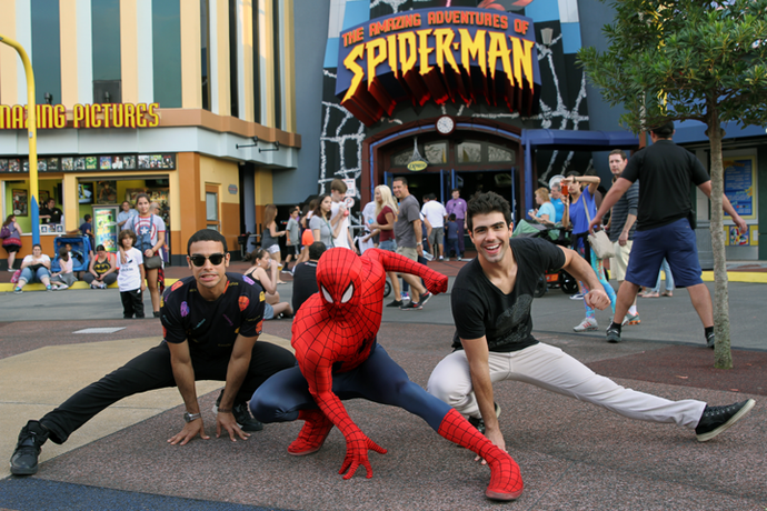 Sérgio Malheiros e Juliano Laham posam com o Spider Man (Foto: Letícia Souza/Gshow)