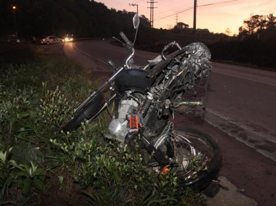 Motocicleta ficou destruída com o impacto (Foto: Antonio da Luz/Sul in Foco )