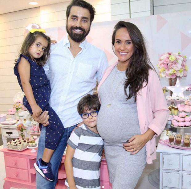 Francisca e Ricardo Pereira com os filhos, Francisca e Vicente (Foto: Reprodução)