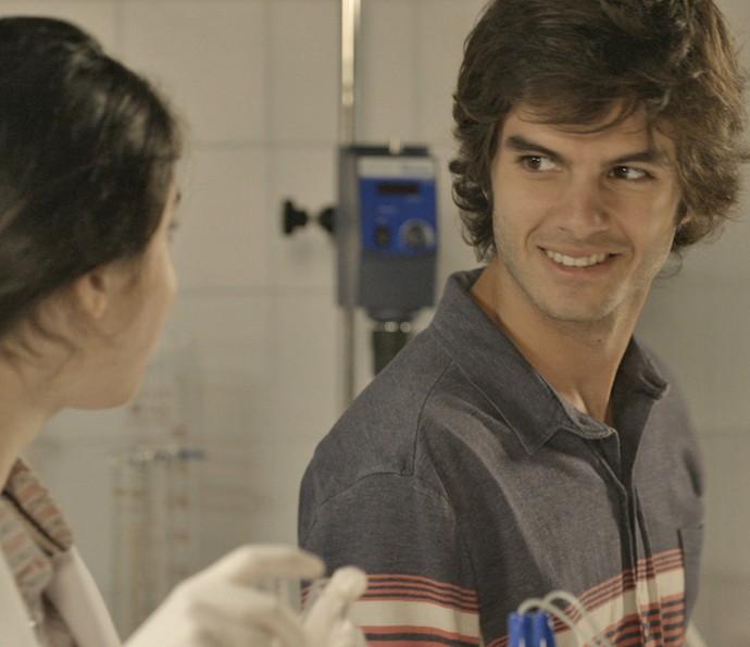Fabinho fica contente com a notícia (Foto: TV Globo)