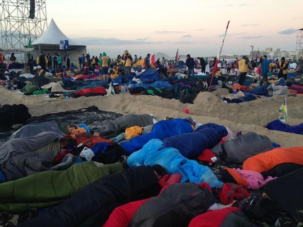 Fiéis passaram a noite em vigília na Praia de Copacabana (Foto: Eduardo Cavalho/G1)
