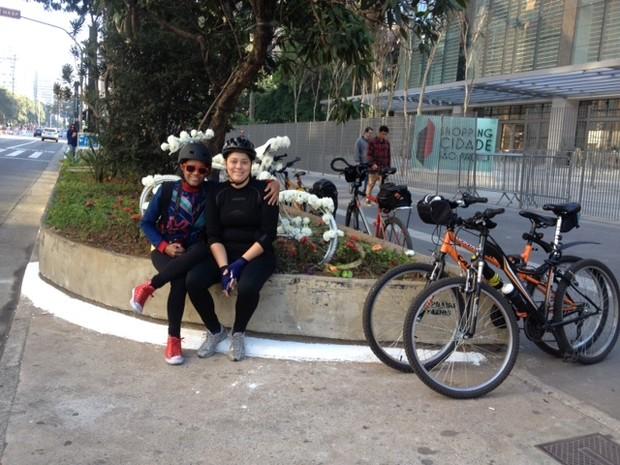 Amigas posam perto de homenagem a ciclista que morreu na Paulista (Foto: Vivian Reis/G1)