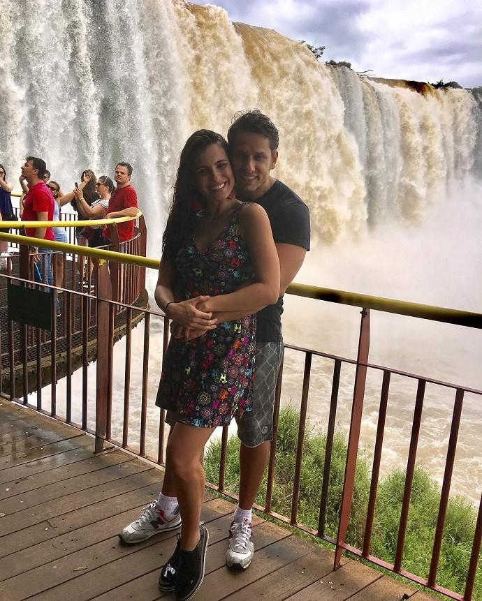 Amor nas cataratas: com os pais de Kamilla, o casal passou por Foz do Iguaçu (Foto: Arquivo pessoal)
