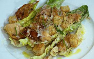 Salada caesar com coxas de frango
