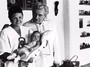 Casal Zélia Gattai e Jorge Amado com neto Bruno Amado (Foto:  Zélia Gattai/ Acervo Fundação Casa de Jorge Amado)