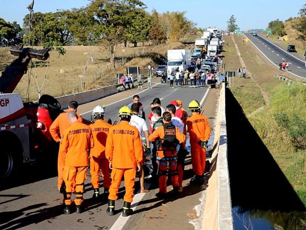 Bombeiros atendem motorista que morreu ao cair com carro em rio na divisa entre o DF e GO (Foto: Corpo de Bombeiros-DF/Divulgação)