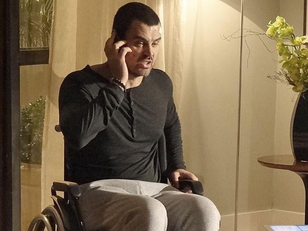 Fernando se irrita ao ouvir a voz de Rodrigo no celular de Miriam e grita com jornalista (Foto: Amor Eterno Amor/TV Globo)