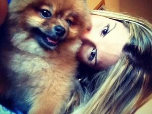 A loira com o cãozinho Juka (Foto: Arquivo Pessoal)