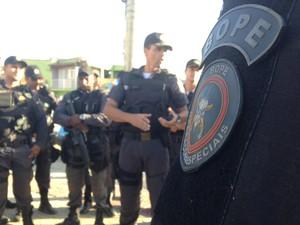 Comandante Samir Vaz Lima agradece efetivo pelo trabalho em operação (Foto: Heitor Moreira/G1)