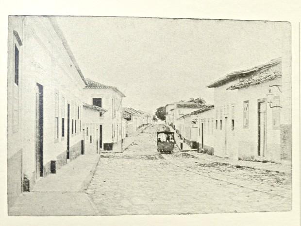 De autor desconhecido, fotografia de 1891 mostra o antigo bondinho passando por trilhos da Rua Pedro Celestino, centro de Cuiabá. (Foto: Livro Cuiabá: Imagens da Cidade / Editora Entrelinhas)