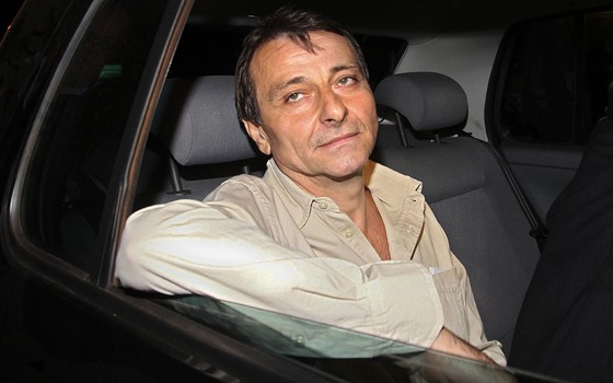 O ex-ativista italiano Cesare Battisti deixa a prisão da Papuda, em Brasília, no dia 9 de junho de 2011 (Foto: Yan Santos/Arquivo/AP)