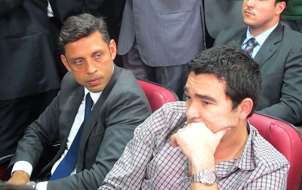 Deco ao lado do advogado julgamento Marcos Motta  (Foto: Rafael Cavalieri)