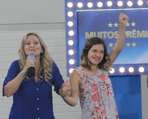 Adriana Colin e Andressa comemoram os prêmios do Avião 6 (Foto: Domingão do Faustão/TVGlobo)
