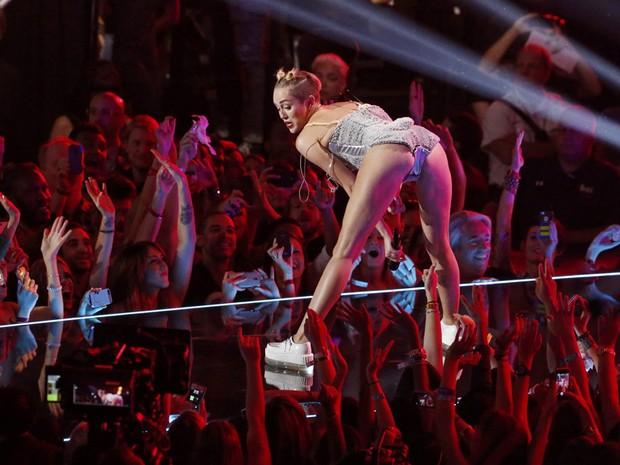 58f9bbc72 G1 - Miley Cyrus e pai da cantora defendem performance no VMA ...