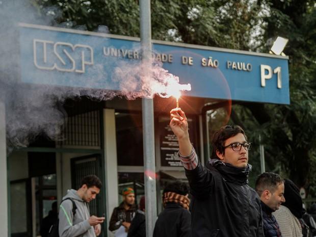 """Trabalhadores e estudantes da USP (Universidade de São Paulo) realizam """"trancaço"""" em todas as entradas da Cidade Universitária, no campus Butantã, na zona oeste de São Paulo, nesta quinta-feira (09) (Foto: Marivaldo Oliveira/Estadão Conteúdo)"""