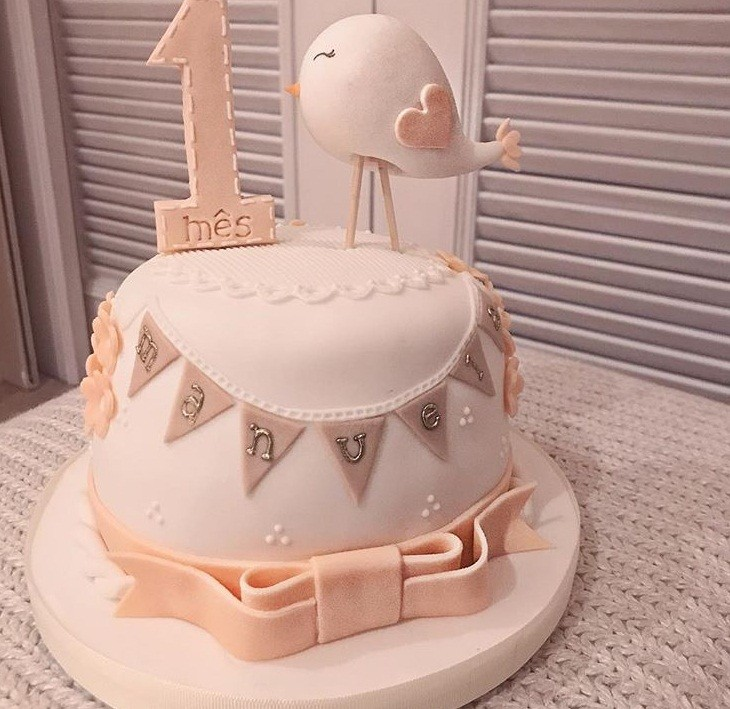 Eliana comemorou o primeiro mês de vida da filha com um lindo bolo  (Foto: reprodução/Instagram)