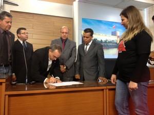 Vereadores protocolaram o documento com as reivindicações (Foto: Luana Eid / G1)
