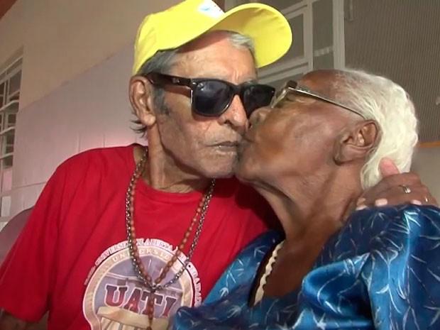 Casal confessa que dão uns beijos escondidos nos corredores do abrigo (Foto: Reprodução / TV Bahia)