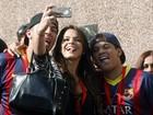 Marquezine posa com amigos de Neymar em apresentação do jogador