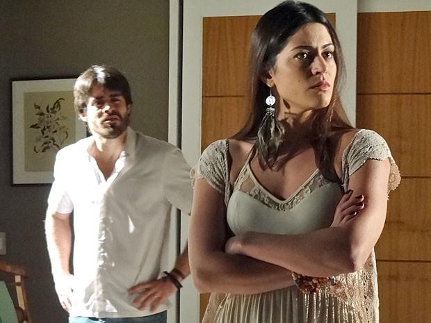 Jacira fica com raiva e atira em Tobias a história contada por Elisa (Foto: Amor Eterno Amor/TV Globo)