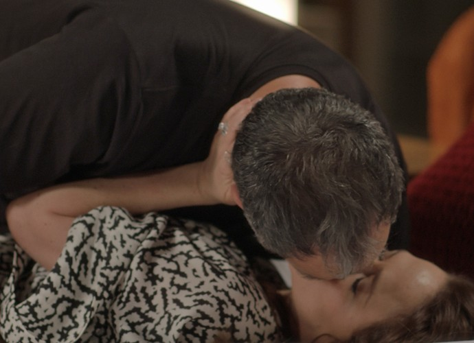 Lili e Germano se beijam após discussão (Foto: TV Globo)