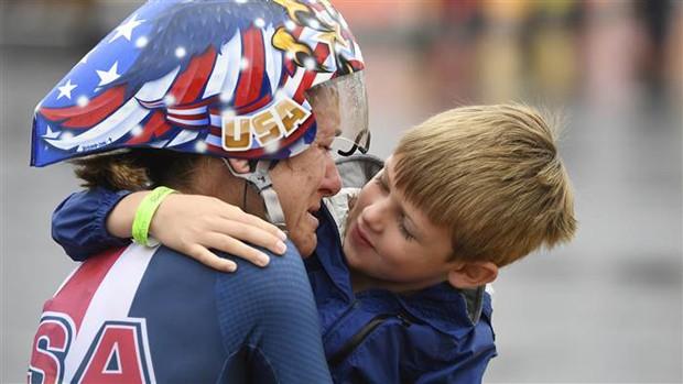 Kristin foi amparada pelo filho quando terminou a prova de ciclismo contrarrelógio (Foto: AAron Ontiveroz / Denver Post via Getty Images)