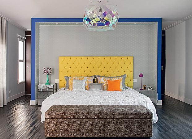 Quarto: A cama tem cabeceira de capitonê de veludo, da Celina Dias, feita pela Tapeçaria Izidoro. Atrás do grande nicho de gesso a cartonado está o closet. Nas laterais, móveis, da Tok & Stok, servem de criados-mudos. Na peseira, pufe reciclado. O pendent (Foto: Cacá Bratke)