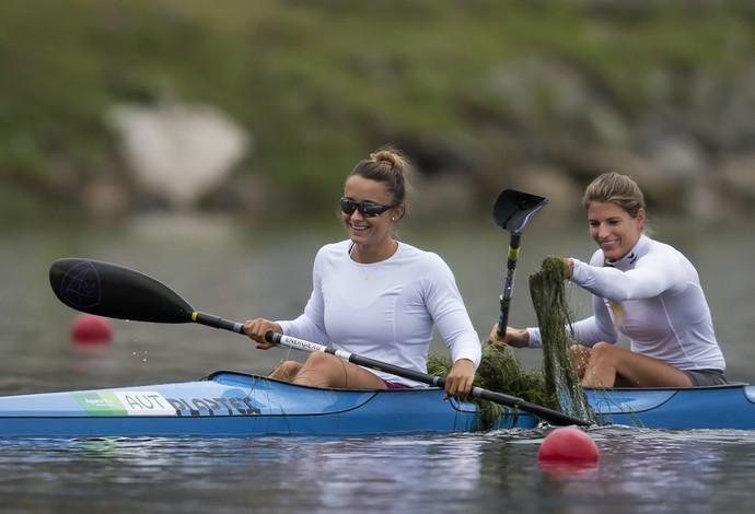 Viktoria Schwarz retira algas da Lagoa no evento-teste da canoagem (Foto: AP Photo/Felipe Dana)