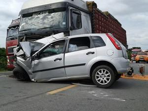 Carro bateu de frente com um caminhão que vinha em direção contrária (Foto: Edson Nunes/TV Sudoeste)