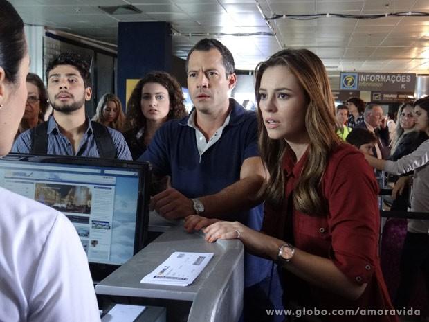 Paloma e Bruno tentam impedir que Paulinha seja levada para o Peru (Foto: Amor à Vida/ TV Globo)