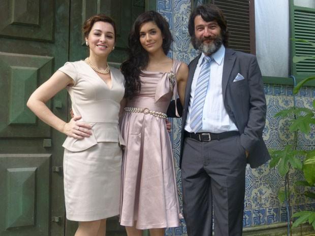 Martha, Moro e Cesar posam em frente a azuleijos portugueses após gravação (Foto: Flor do Caribe/TV Globo)