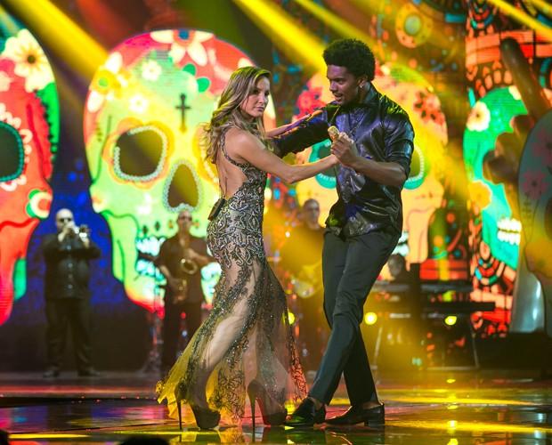 Claudia Leitte dança com bailarino durante apresentação com Lui (Foto: Isabella Pinheiro/ Gshow)