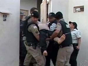 Agente foi trocado por bombeiro e saiu ferido do local (Foto: Reprodução/TV Integração)