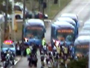 Manifestantes ocupam trecho da Avenida das Américas e impedem passagem de ônibus BRT (Foto: Reprodução/ Centro de Operação da Prefeitura do Rio)