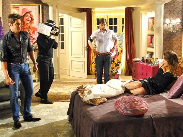 Chay tenta seduzir o frango mesmo com a reprovação de Laércio (Foto: Cheias de Charme / TV Globo)