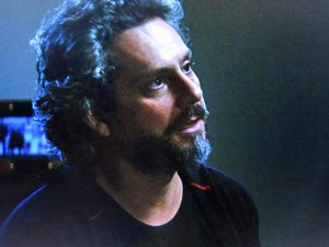 José Alfredo se mantém informado sobre a Império (Foto: TV Globo)