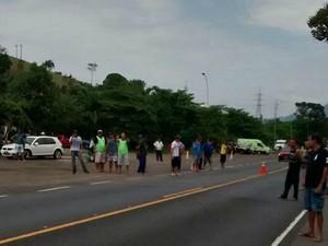 Caminhoneiros protestam na BR-101, em Iconha, Espírito Santo  (Foto: Vc no ESTV)